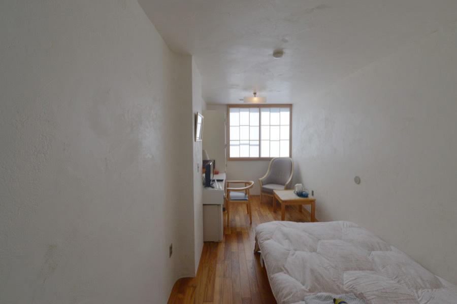 壁〜天井に貝灰漆喰、柱をR加工